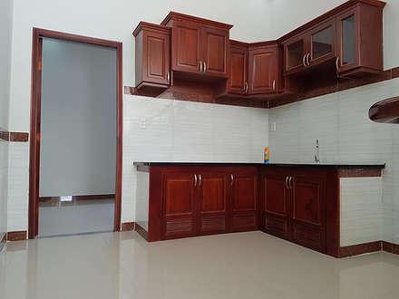 Nhà Ống 2 Tầng Mái Thái 95m2 Thiết Kế Rộng Rãi:  Tủ bếp by Công ty TNHH Xây Dựng TM DV Song Phát