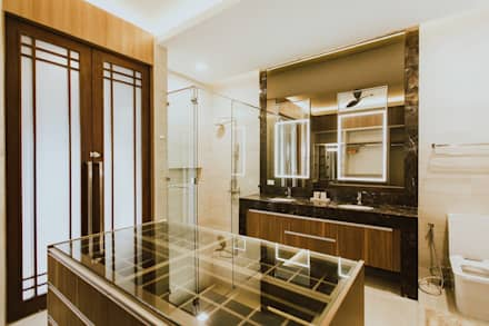 II House: tropical Bathroom by Living Innovations Design Unlimited, Inc.