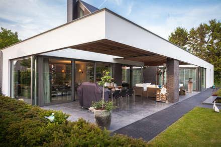 Achteraanzicht terras:  Bungalow door BB architecten