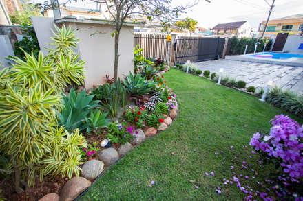 Front garden by Janete Krueger Arquitetura e Design