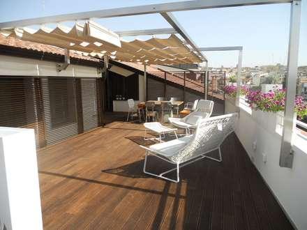 Roof : Terrazza in stile  di Signum Contract