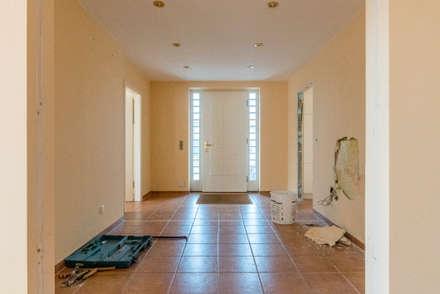Der Eingangsbereich vor der Umgestaltung:  Flur & Diele von Ohlde Interior Design