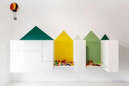La camera dei bambini: Cameretta in stile  di Paola Maré Interior Designer