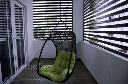 Balcony:  Corridor & hallway by KREATIVE HOUSE