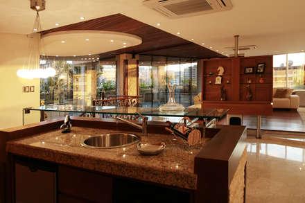 Detalle de bar: Salas / recibidores de estilo  por Arq Renny Molina