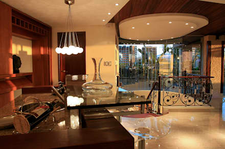 Detalles de bar: Salas / recibidores de estilo  por Arq Renny Molina