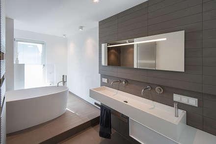Badgestaltung mit Wanne als zentrales Raumelement: moderne Badezimmer von Axel Fröhlich GmbH