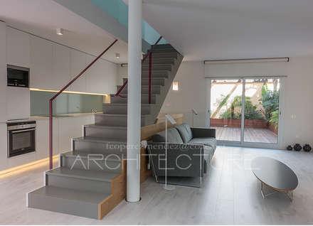 Reforma Integral de Vivienda en Duplex: Escaleras de estilo  de FPM Arquitectura