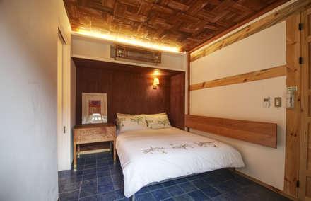 'Hyehwa1938' - korean modern traditional house: 참우리건축의  침실