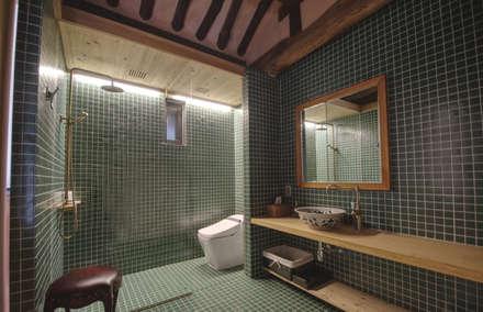 'Hyehwa1938' - korean modern traditional house: 참우리건축의  화장실