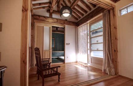 'Hyehwa1938' - korean modern traditional house: 참우리건축의  거실