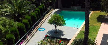 Tarima exterior sintética Barcelona - Sarrià: Piscinas de jardín de estilo  de ecojardí