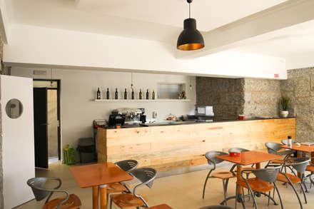 Restaurante: Adegas rústicas por Miguel Oliveira