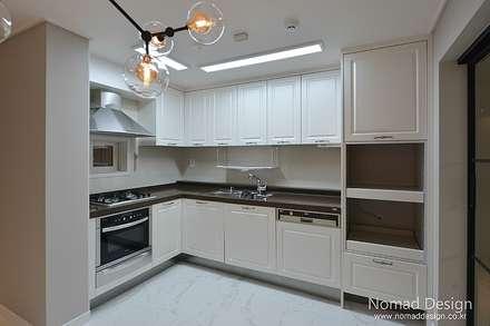 39평 대동황토방 아파트 - 양산: 노마드디자인 / Nomad design의  주방 설비