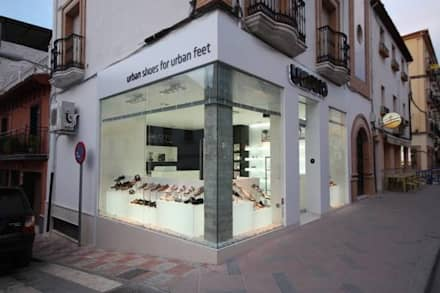 Zapatería en Priego de Córdoba: Puertas correderas de estilo  de Estudio Sergio Castro arquitectura