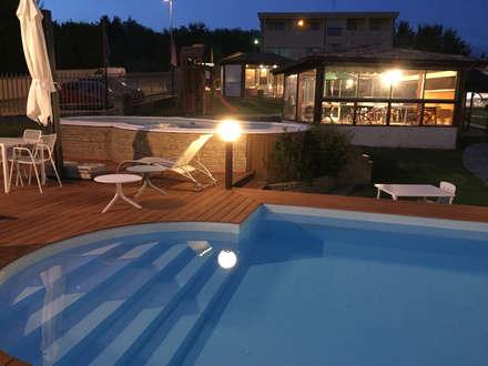 PISCINE: Giardino con piscina in stile  di SVITAVVITA