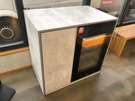 Küche im Industrie Loft Style mit rollbarem Weinkühlschrank von Miele : industriale Küche von Ebbecke GmbH - excellent einrichten