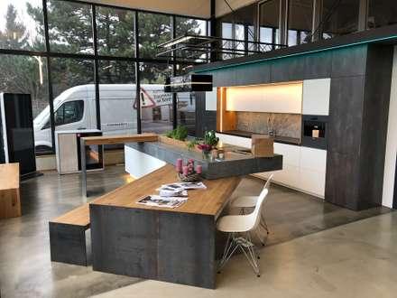 Küche im Industrie Loft Style mit aufgeklaptem Schwenktresen und Schwenktisch inkl. Bank: industriale Küche von Ebbecke GmbH - excellent einrichten