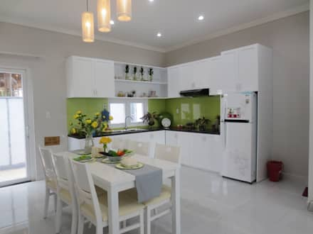 Phòng bếp hình chữ L với nội thất tiện nghi.:  Phòng ăn by Công ty TNHH Xây Dựng TM DV Song Phát