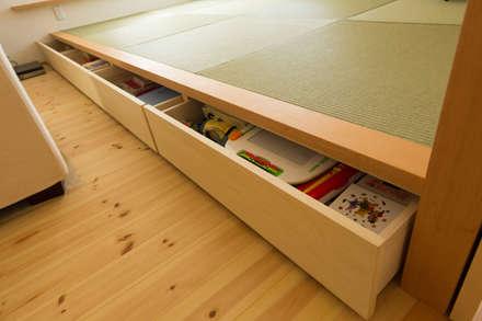 eclectic Media room by 株式会社かんくう建築デザイン