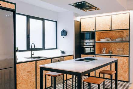 Cocina estilo industrial: Cocinas integrales de estilo  de Oslätt