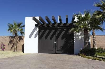 Puertas de estilo  por Acrópolis Arquitectura