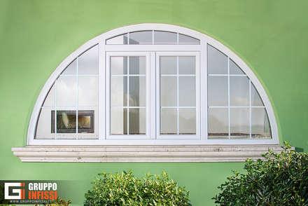 Zona Cassia, Roma.: Finestre in PVC in stile  di Gruppo Infissi