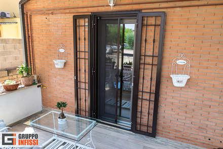 Zona Acilia: Porte d'ingresso in stile  di Gruppo Infissi
