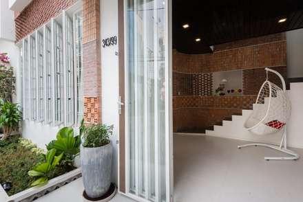 Ngắm Ngôi Nhà 1 Trệt 2 Lầu 6x8m Với Thiết Kế Mặt Tiền Đẹp, Độc Đáo:  Cửa trước by Công ty TNHH Xây Dựng TM – DV Song Phát