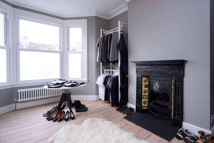 dressing room: modern Dressing room by Studio AVC