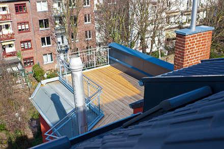 Blick auf die Terrasse vom Spitzboden aus:  Terrasse von blunk + partner architekten