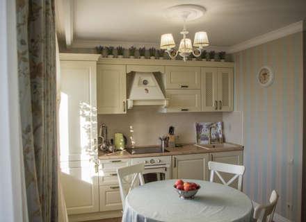 Гостиная-кухня в стиле Прованс в трехкомнатной квартире: Встроенные кухни в . Автор – Дизайн-студия интерьера и ландшафта 'Деметра'