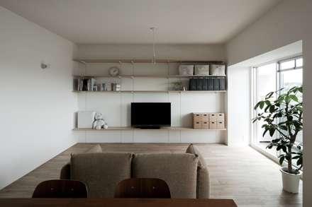 引き算の家: 山本嘉寛建蓄設計事務所 YYAAが手掛けたリビングです。