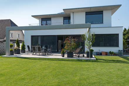 Blick vom Garten:  Villa von Grotegut Architekten