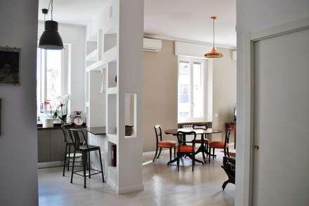 TRIESTE HOUSE: Sala da pranzo in stile in stile Eclettico di ULA architects