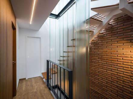 Vivienda en San Antón: Escaleras de estilo  de ENDOSDEDOS arquitectura