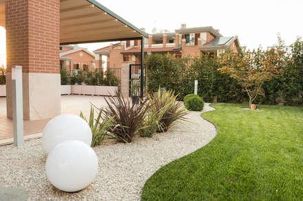 Un giardino moderno: Giardino in stile in stile Moderno di AbitoVerde