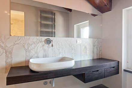 foto bagno con arredo su disegno: Bagno in stile in stile Moderno di Studio Atelier di Silvana Barbato