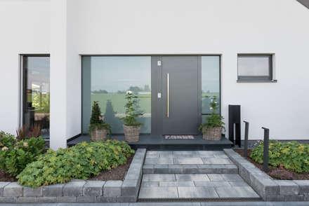 Eingangbereich der unteren Wohnung:  Mehrfamilienhaus von Grotegut Architekten