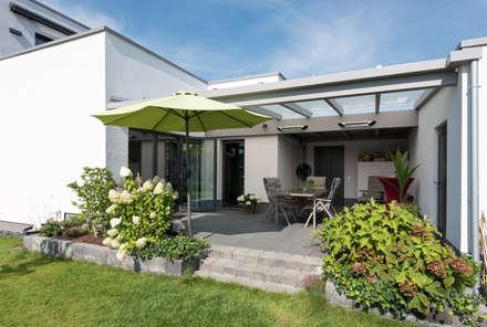 Sonnenterrasse im Grünen:  Mehrfamilienhaus von Grotegut Architekten