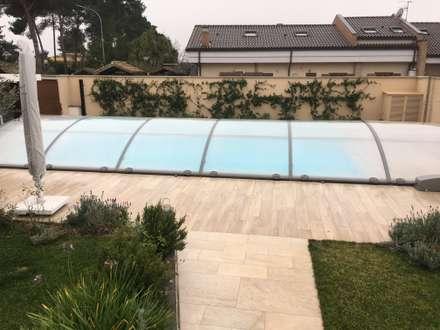 Eleganza in giardino: Piscina in stile in stile Mediterraneo di Au dehors Studio. Architettura del Paesaggio