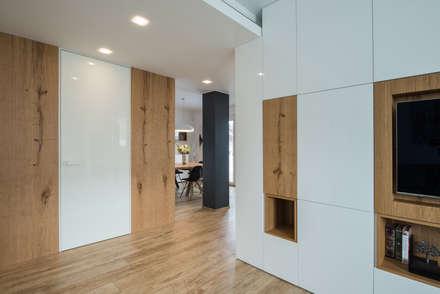 Un appartamento moderno con un giusto mix di materiali di recupero: Pavimento in stile  di QUADRASTUDIO