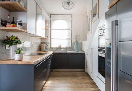 Un appartamento moderno con un giusto mix di materiali di recupero: Cucina attrezzata in stile  di QUADRASTUDIO