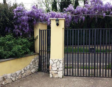 Giardino di collina: Giardino in stile in stile Classico di Au dehors Studio. Architettura del Paesaggio