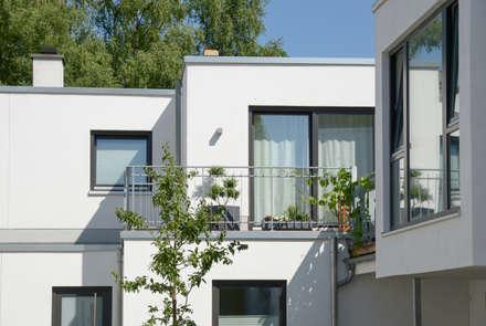 Dachterrasse im Obergeschoss:  Mehrfamilienhaus von Grotegut Architekten