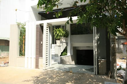Ngôi nhà nổi bật với vẻ đẹp sang trọng, hiện đại.:  Cửa ra vào by Công ty TNHH Thiết Kế Xây Dựng Song Phát