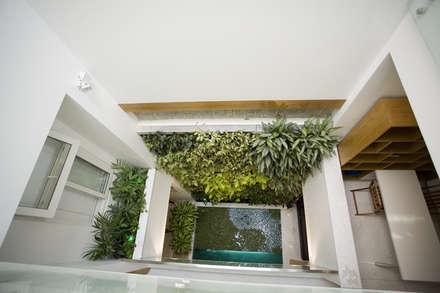Giếng trời giúp thuận tiện trong việc lưu thông không khí bên trong nhà.:  Hành lang by Công ty TNHH Thiết Kế Xây Dựng Song Phát