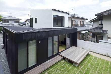 小さな中庭と大きな縁側: 山本嘉寛建蓄設計事務所 YYAAが手掛けた屋根です。