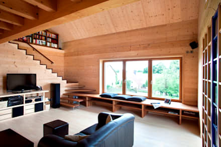 Vorbildlich ökologisch, wohngesund und intelligent - Hightech-Holzhaus: moderne Wohnzimmer von Gira, Giersiepen GmbH & Co. KG