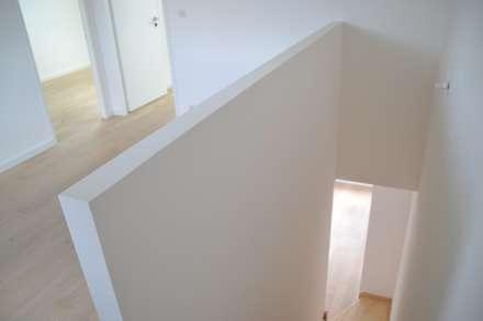 habiter le jrdin des voisins ! : Escalier de style  par la beau d'architecture
